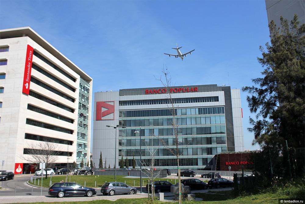 Самолет заходит на посадку в аэропорт Лиссабона