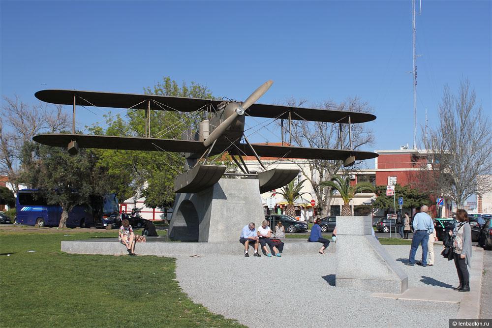 Памятник в честь перелета через Атлантику