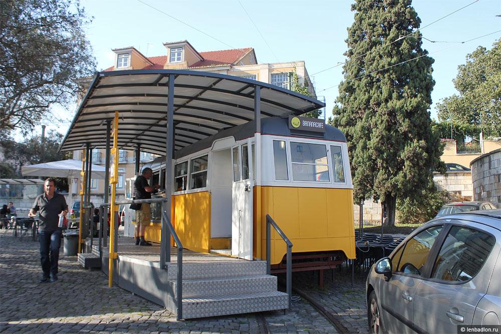 Старый трамвай-кафе в Лиссабоне