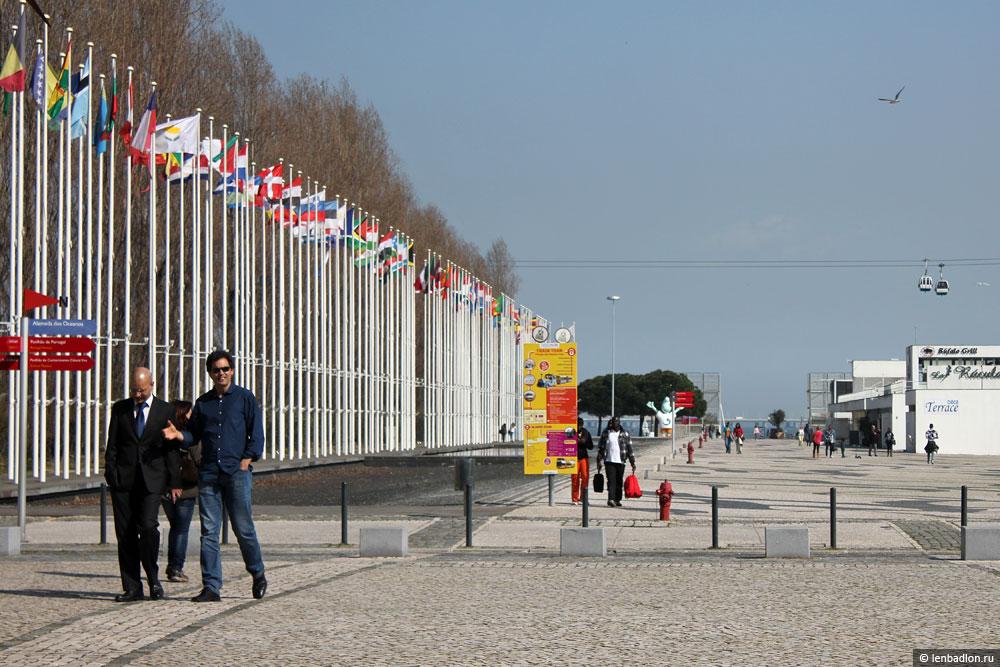 Флаги стран мира в районе Экспо 98 в Лиссабоне
