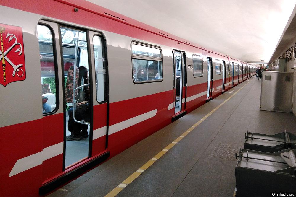 Фото поезда метро модели 81-722.1