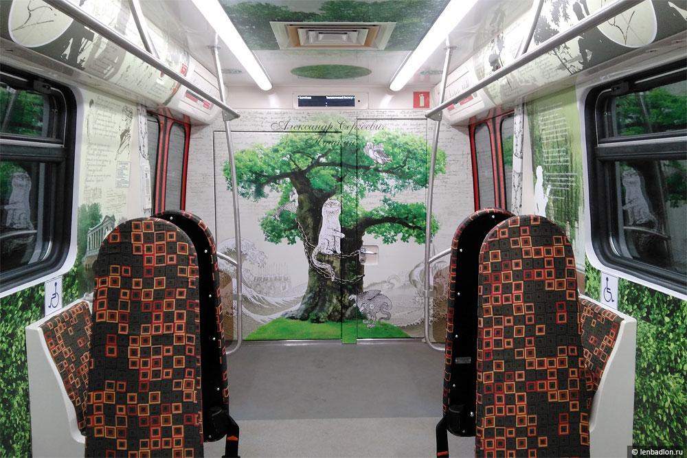 Интерьер вагона метро модели 81-722.1