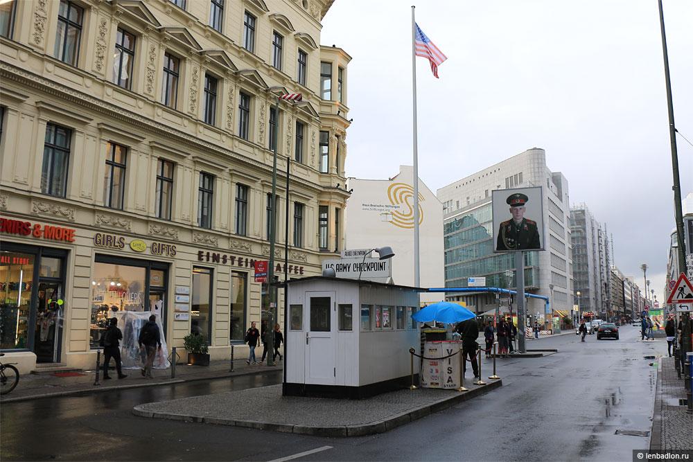Чекпойнт Чарли в Берлине фото