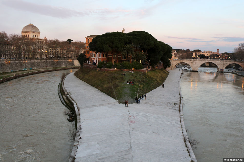 Остров Тиберина в Риме фото
