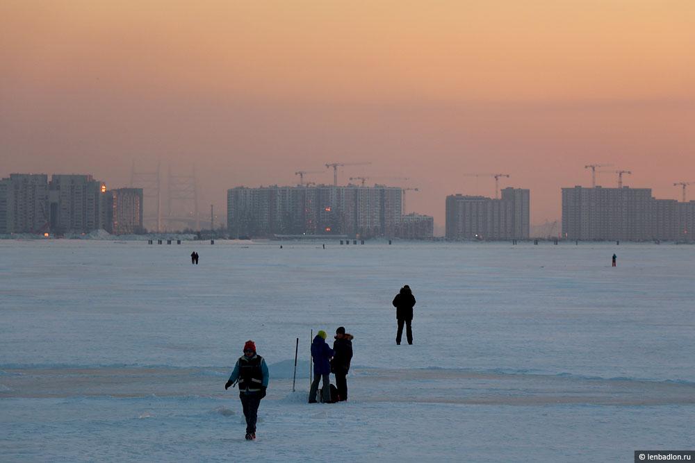 Вид на стройки на Васильевском острове в Санкт-Петербурге