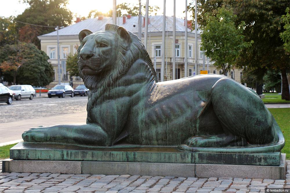 Скульптура льва в Софии