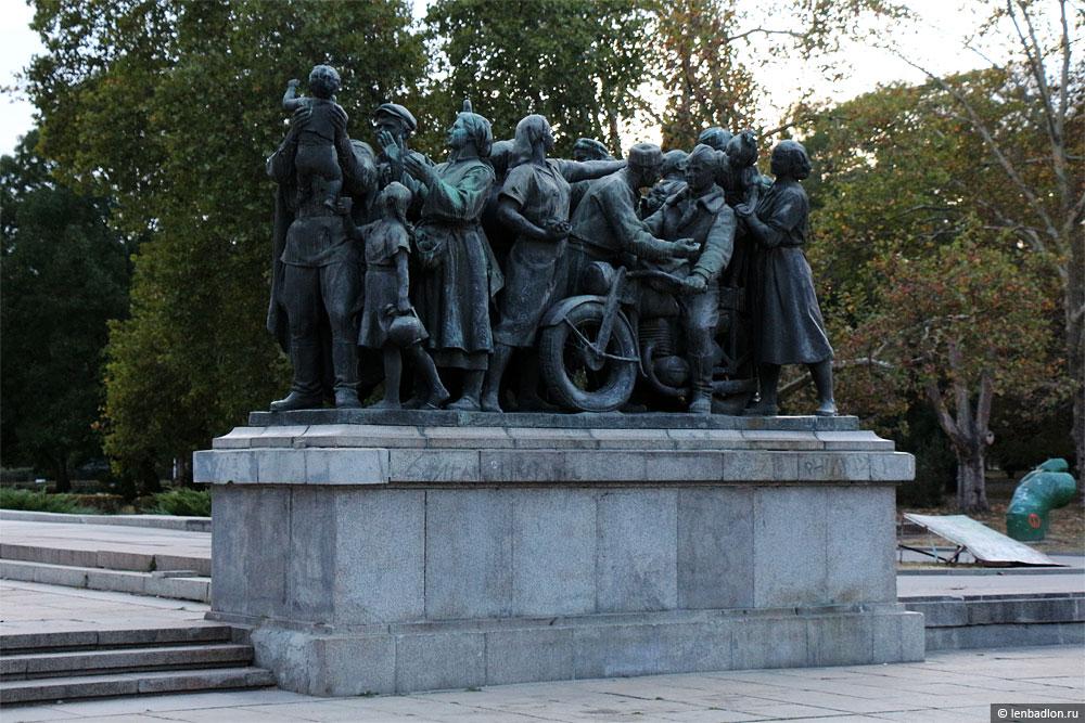 Памятник Советской Армии в Софии фото