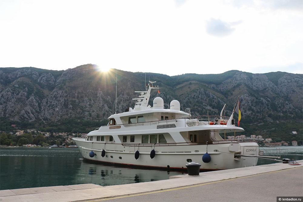 Фото яхты в Которе, Черногория